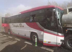 北海道浦幌町の道東自動車道でタンクローリー(右)に追突したバス=20日午後3時27分(道警提供)