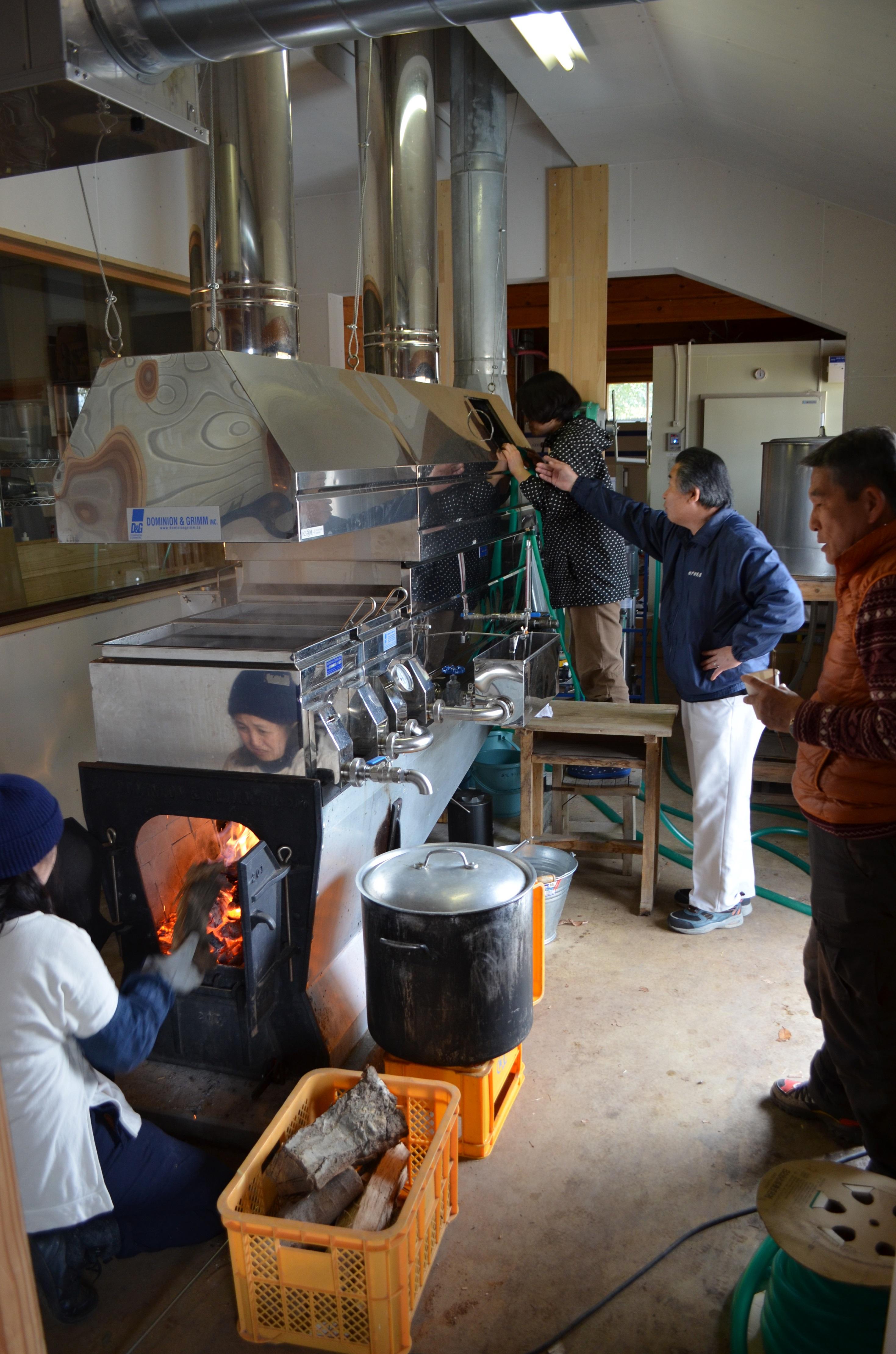 カナダから国内で初導入したメープルシロップ製造機。煮詰め過ぎないよう作業中は目が離せない。