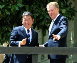 貿易交渉に臨む茂木経済再生相(左)とライトハイザー米通商代表=21日、ワシントン(共同)