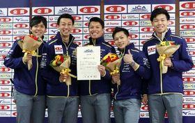 パシフィック・アジア選手権の代表に決まり、笑顔で記念撮影するSC軽井沢クの(左から)両角友、清水、山口、両角公、平田=アドヴィックス常呂カーリングホール