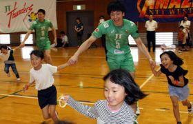 JTサンダーズの選手と鬼ごっこを楽しむ児童