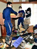 ボランティアとして駆け付け、浸水した家屋の後片付けを手伝う聖光学院高野球部員