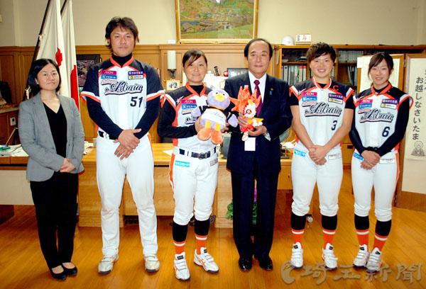 女子野球 今季4冠達成の埼玉、監督や選手らが優勝報告 知事が激励
