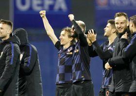 スペインを破り喜ぶクロアチアの選手ら=15日、ザグレブ(AP=共同)