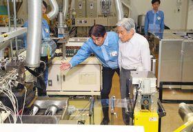 川崎工場で田中社長の説明を受けフィルムの試作品を視察される天皇陛下=川崎区で