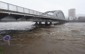 台風19号の接近にともなう雨で増水した狩野川=12日午前11時ごろ、沼津市