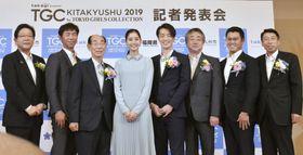 ファッションイベント「東京ガールズコレクション」の記者発表会に登場したモデルの新木優子さん(左から4人目)ら=22日正午ごろ、北九州市
