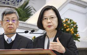 台湾の総統府で、記者会見する蔡英文総統(右)=22日、台北市(共同)