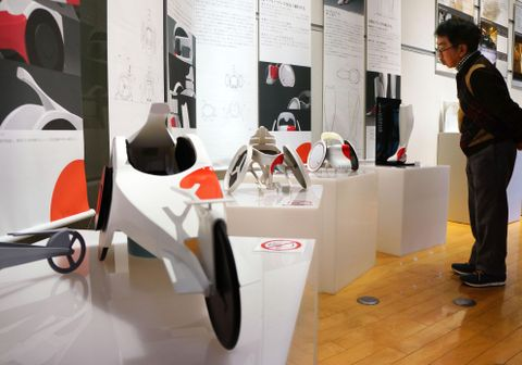 展示された最新のスポーツ用車いすの模型=14日午後、名古屋市
