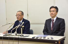 女性の頭部とみられる遺体の一部が見つかった事件で、記者会見する北海道警白石署の外崎雅洋署長(左)ら=24日夜、北海道警本部