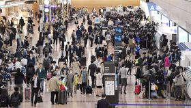 初の10連休となるゴールデンウイークを前に混雑する羽田空港国内線の出発ロビー=26日午後