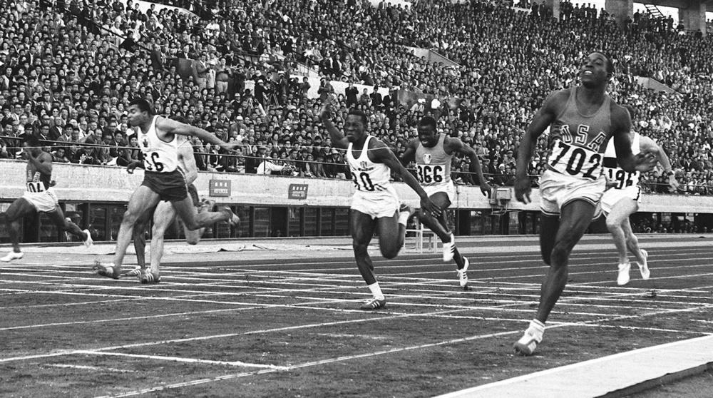 1964年10月15日、陸上男子100㍍決勝は米国のヘイズ選手(右端)が10秒0で優勝した