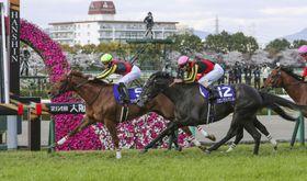 第64回大阪杯を制したラッキーライラック(左)=阪神競馬場