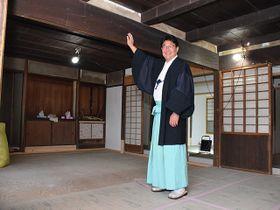 「揖斐川町だからこそできる日本の古き良き暮らしを楽しめる施設にしたい」と話す保井円さん=揖斐川町上南方、大和神社内「YADOYA IBIGAWA」