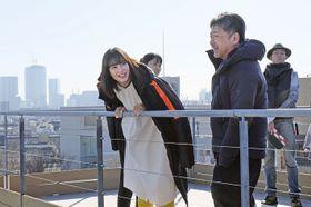 撮影の合間に笑顔を見せる広瀬すず(左)と是枝裕和監督