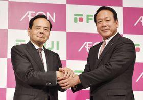 資本・業務提携を発表し、握手を交わすイオンの岡田元也社長(左)とフジの尾崎英雄会長=12日午後、東京都内