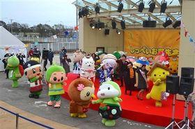 しっぺい音頭を踊って盛り上がるキャラクターたち=磐田市のららぽーと磐田