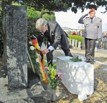 慰霊碑に献花するヴェアテルン駐日ドイツ大使。右はライボルト大佐