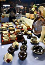 素朴な風合いの器がずらりと並ぶ陶器祭=姶良市の龍門司焼企業組合