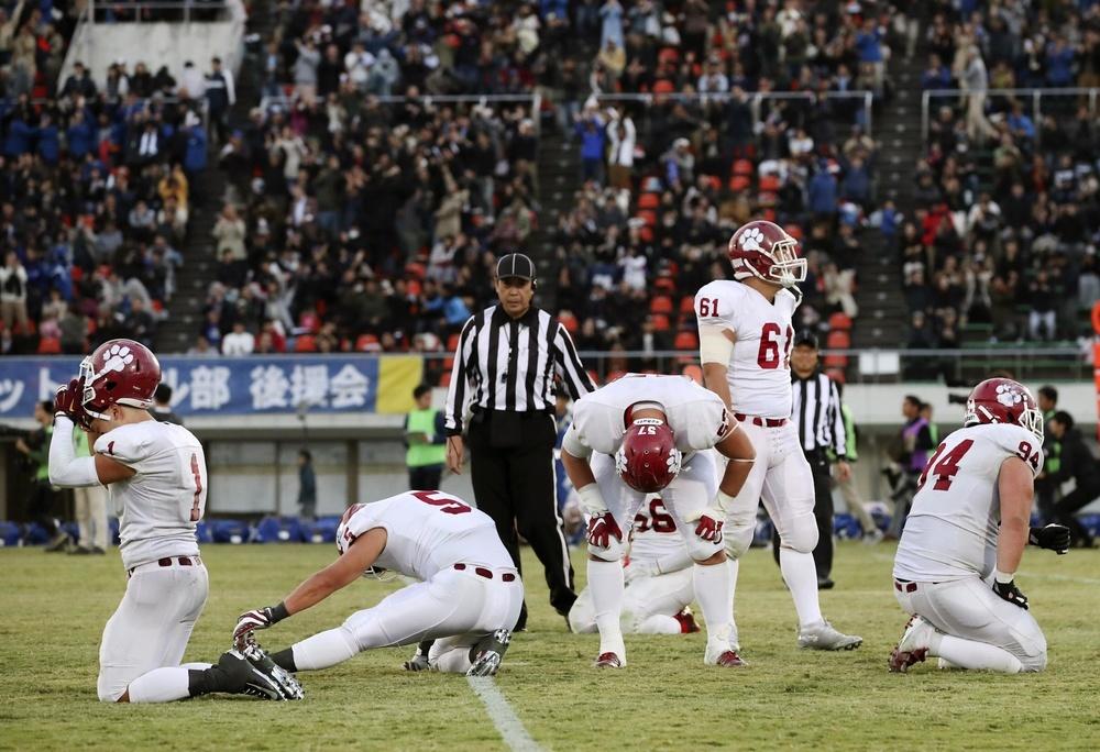2018年の全日本大学選手権の西日本代表決定戦で、関学大に敗れてうなだれる立命大の選手たち=大阪・万博記念競技場
