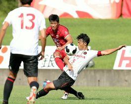 【大分|ホンダFC】前半、ゴールを決める大分FW前田(中央)=昭和電工サッカー・ラグビー場