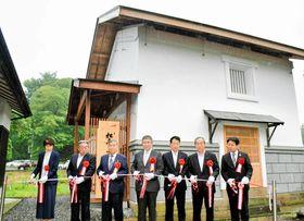 テープカットする(右から)金子副理事長、藍原町内会長、佐藤代表理事、富田会長