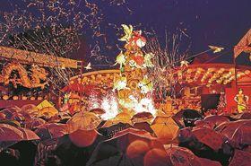 観光客らでにぎわう中、華やかに繰り広げられた点灯式=長崎市、湊公園