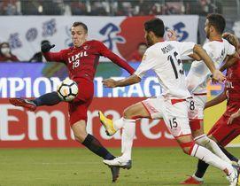 鹿島―ペルセポリス 後半、2点目のゴールを決める鹿島・セルジーニョ(左)=カシマ