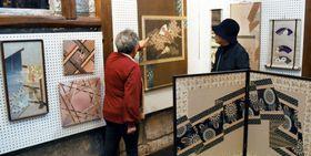 古布を生かした多彩な作品が並ぶ会場=南さつま市加世田津貫