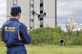 訓練でドローンを操縦する警視庁の鑑識課員=12日午後、東京都内の施設