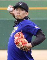 投球練習するソフトバンク・千賀=福岡県久留米市