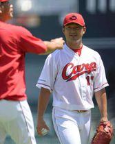 調子が上向いてきた岡田(右)。キャッチボールをした小林コーチと笑顔で話す(撮影・天畠智則)