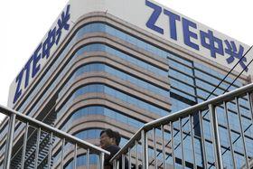 北京のビルに設置された「ZTE」のロゴ=8日、北京(AP=共同)