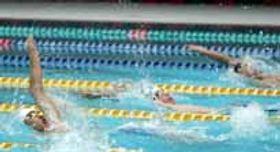 好記録を目指して懸命に泳ぐ選手=山口きらら博記念公園水泳プール