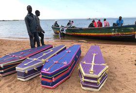 ビクトリア湖の島でボランティアが用意した柩=22日(ロイター=共同)