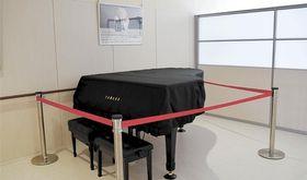 石巻市立病院に寄贈されたピアノ。シンディ・ローパーさんの写真が飾られている