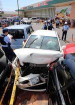 スーパーマーケットの駐車場で衝突事故を起こし、大破した乗用車(中央)=19日午後0時52分、姫路市上手野