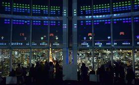 「スペースインベーダー」誕生40周年記念のアトラクション。展望台の窓を画面にしてゲームができる=2018年1月、東京・六本木ヒルズ