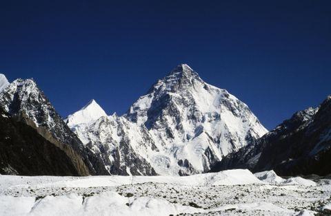 パキスタンにあるK2(8611メートル)=2003年(ゲッティ=共同)