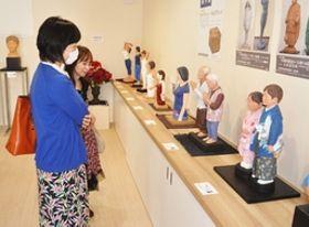 色鮮やかな作品が並ぶ松本保忠さんの個展=22日、長岡市