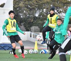 ボールを使った練習で体を動かす三ツ田(左)ら松本山雅の選手たち