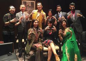 ピコ太郎さんとインド、インドネシアの芸能関係者ら。後列右から2番目がマテュールさん、前列右端がクムラさん。3月1日、上智大学