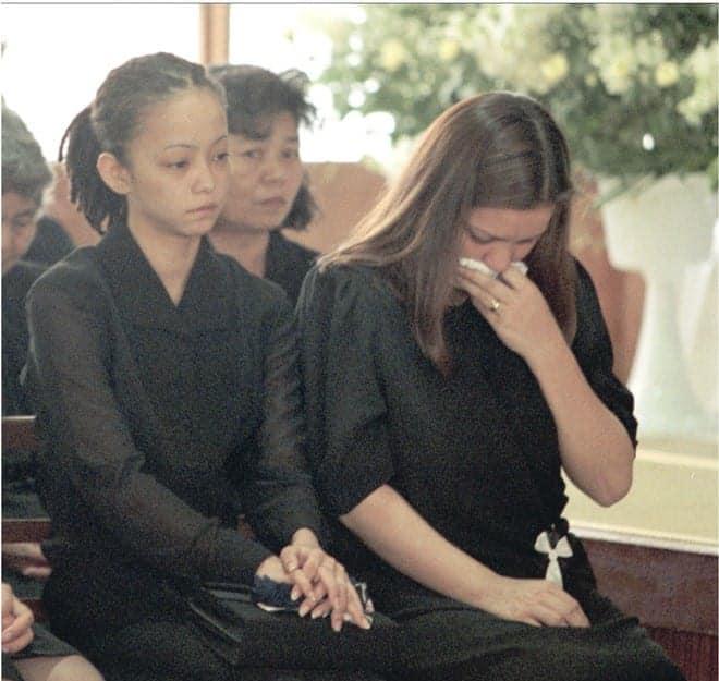 母親の告別式で悲しみをこらえる安室奈美恵さん(左)=1999年3月20日午後、那覇市松山の大典寺(代表撮影)