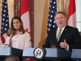 14日、ワシントンでの外務・防衛閣僚協議後、共同記者会見するポンペオ米国務長官(右)とカナダのフリーランド外相(ゲッティ=共同)
