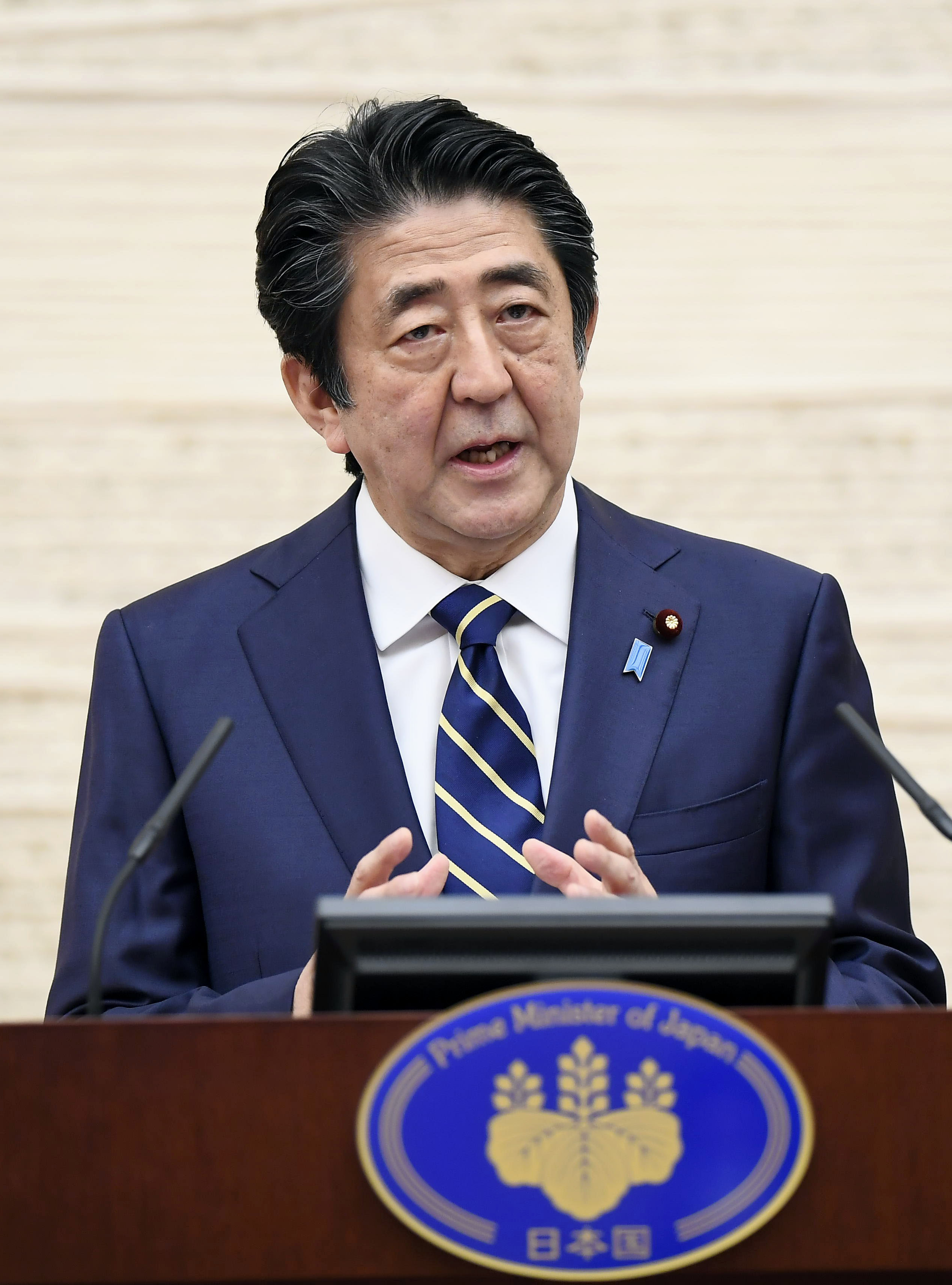 政府の緊急事態宣言に関し、39県での解除を表明する安倍首相=14日午後、首相官邸