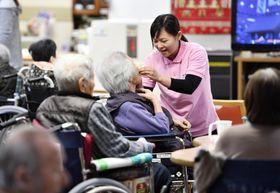 奈良県の施設で働くインドネシア人の介護福祉士=2017年
