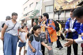 道後温泉に招待された、西日本豪雨で避難生活をしている広島県熊野町の子どもと保護者たち=20日午後、松山市