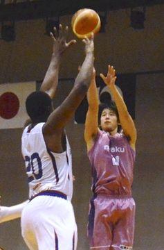 【福島―熊本】第4Q、3点シュートを決める福島の菅野=いわき市総合体育館