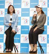 トークショーで笑顔を見せる女子ゴルフの渋野日向子(右)と宮里藍さん=14日、東京都内