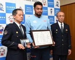 署長感謝状を受け取ったヤマハ発動機ジュビロのヘル選手(中央)=磐田署
